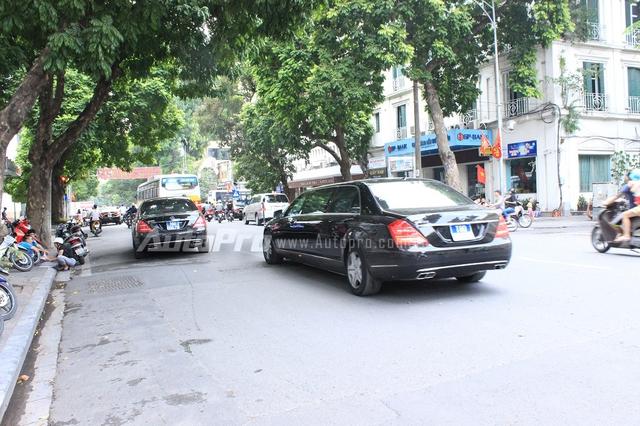 Cặp đôi Mercedes-Benz S600 Pullman Guard của Bộ Ngoại giao song hành trên đường Hà Nội.