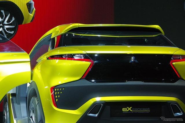 Đằng sau xe có đèn hậu hình boomerang.