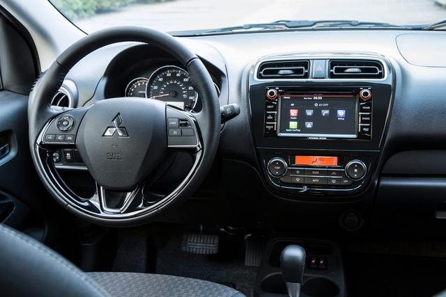 Bên trong Mitsubishi Mirage 2017 là không gian nội thất được làm mới bằng vô lăng, cụm đồng hồ và chất liệu bọc không giống trước đây.