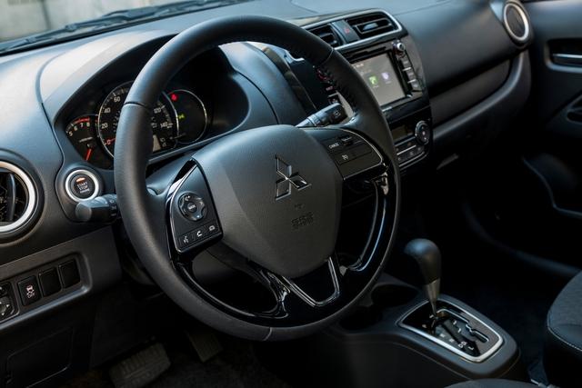 Ngoài ra, hãng Mitsubishi còn chuẩn bị sẵn một số trang thiết bị tùy chọn mới cho Mirage 2017 như dàn âm thanh Rockford-Fosgate 300 W cùng hệ thống thông tin giải trí tương thích với 2 ứng dụng Android Auto và Apple CarPlay.