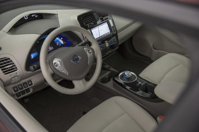 Khi mua Nissan Leaf 2016 bản SV hoặc SL, khách hàng sẽ sở hữu các tính năng tiêu chuẩn như hệ thống NissanConnect với định vị, ứng dụng Mobile Apps và màn hình 7 inch.
