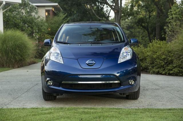 Trong khi đó, Nissan Leaf 2016 bản tiêu chuẩn S sử dụng cụm pin 24 kWh quen thuộc, cho phép xe chạy hết quãng đường 135 km.