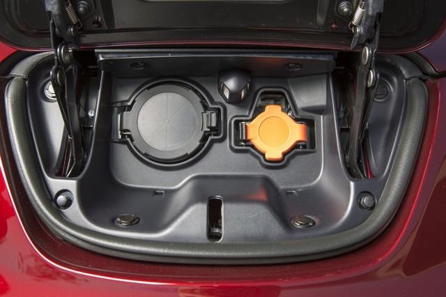 Pin đạt 80% dung lượng sau 30 phút sạc, tăng 22% so với loại pin 24 kWh. Để sạc đầy pin 30 kWh cần khoảng 6 giờ nếu sử dụng hệ thống sạc thông thường với nguồn 240 V.