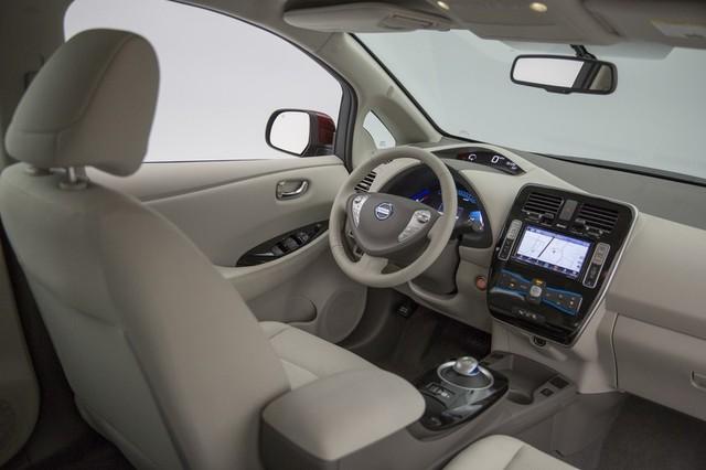 Ngoài điểm mới về pin, Nissan Leaf 2016 còn được bổ sung thêm nhiều tính năng tiêu chuẩn như hệ thống NissanConnectSM với ứng dụng Mobile Apps và màn hình 5 inch.