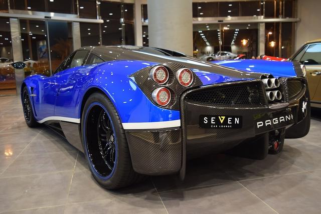 """Với số khung này, chắc hẳn ai cũng biết đây chính là chiếc siêu xe Pagani Huayra đầu tiên xuất xưởng. Theo hãng Pagani, đúng 100 chiếc siêu xe được mệnh danh là """"thần gió"""" có cơ hội lăn bánh trên đường phố. Do đó, chiếc siêu xe Pagani Huayra đầu tiên xuất xưởng thực sự là viên ngọc quý trong mắt các đại gia cũng như nhà sưu tập."""