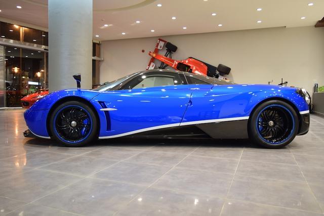 Trong quá khứ, chiếc siêu xe Pagani Huayra này từng bị cánh săn ảnh bắt gặp khi đang chạy trên đường phố London, Anh. Chiếc siêu xe được sơn màu xanh lam bắt mắt với đường sơn trắng chạy dọc sườn xe.