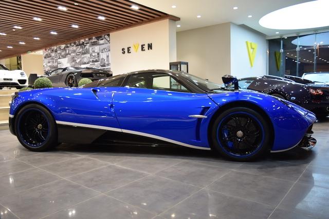"""Hiện chiếc siêu xe Pagani Huayra mang số khung #001 đang nằm chờ để tìm khách trong đại lý Seven Car Lounge đình đám tại Riyahd, Ả-Rập Xê-Út. Ngoài ra, chiếc Pagani Huayra đầu tiên xuất xưởng còn được rao bán trên trang chuyên """"tẩu tán"""" siêu xe """"khủng"""" James Edition."""