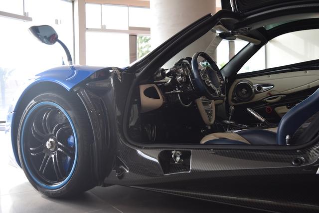 """Hiện chưa rõ giá bán của chiếc siêu xe Pagani Huayra đầu tiên được xuất xưởng. Chỉ biết, """"trái tim"""" của xe vẫn là khối động cơ AMG V12, tăng áp kép, dung tích 6.0 lít, tạo ra công suất tối đa 700 mã lực và mô-men xoắn cực đại 1.000 Nm. Chỉ nặng 1.350 kg, siêu xe Pagani Huayra có thể tăng tốc từ 0-100 km/h trong 3,3 giây và đạt vận tốc tối đa 370 km/h."""