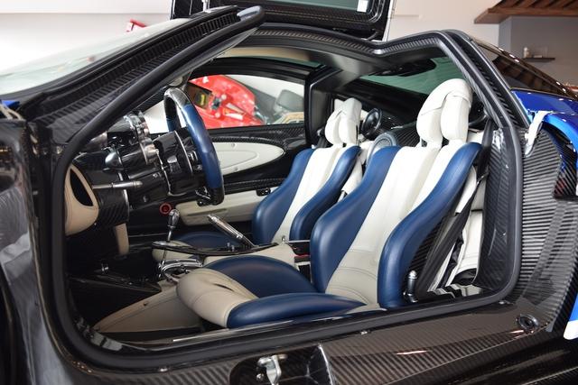 Những chi tiết khác như một phần ghế và vô lăng được bọc da màu xanh sáng.