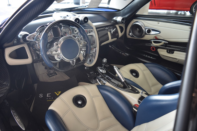 Bên trong xe xuất hiện ghế, ốp cửa và một phần bảng táp-lô bọc da màu trắng.