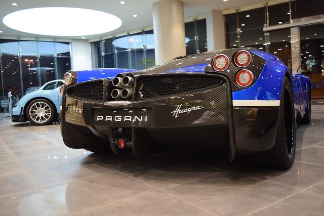 """Trên chiếc siêu xe Pagani Huayra mang số khung #001 có hàng loạt chi tiết bằng sợi carbon như lưới tản nhiệt, cánh gió trước/bên sườn/đằng sau, cản va, bộ khuếch tán, hốc đèn hậu và nắp cốp. Đó là còn chưa kể đến bộ la-zăng màu đen bóng và kẹp phanh xanh dương """"tông xuyệt tông""""."""