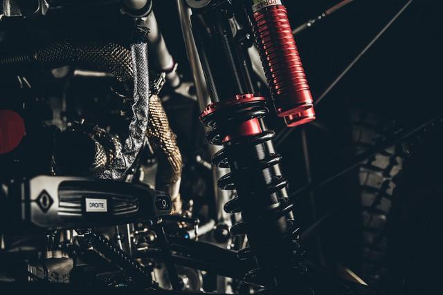 Peugeot 2008 DKR 2016 vẫn sử dụng hệ dẫn động 2 bánh với hộp số sàn tuần tự 6 cấp nằm dọc. Lực hãm của xe bắt nguồn từ phanh đĩa khoan lỗ thông gió có đường kính 355 mm tren cả 4 bánh.