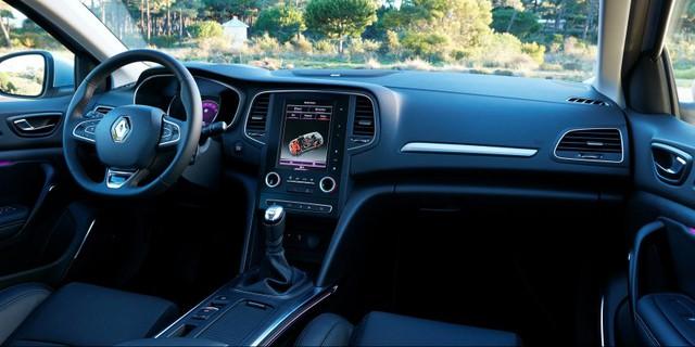 Thiết kế bên trong của Renault Megane 2016 càng giống với Talisman hơn. Nội thất gây bất ngờ cho người lái bằng màn hình cảm ứng 8,7 inch dạng dọc, hệ thống thông tin giải trí R-Link 2, màn hình màu TFT LCD 7 inch trên cụm đồng hồ, tính năng hiển thị thông tin trên kính chắn gió, dàn âm thanh Bose 10 loa nâng cấp và hệ thống Multi-Sense với 5 chế độ lái.