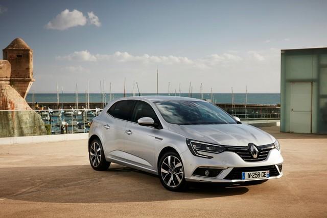Bước sang thế hệ mới, Renault Megane sở hữu ngôn ngữ thiết kế tương tự người anh em Talisman mang kiểu dáng sedan. Đây chính là ngôn ngữ thiết kế mới của hãng Renault. Phần đầu xe độc đáo với cụm đèn pha hình chữ C dạng LED cùng hiệu ứng ánh sáng 3D. Riêng bản trang bị cao cấp của Renault Megane 2016 sẽ được trang bị cụm đèn trước dạng LED toàn phần với đèn pha tự động.