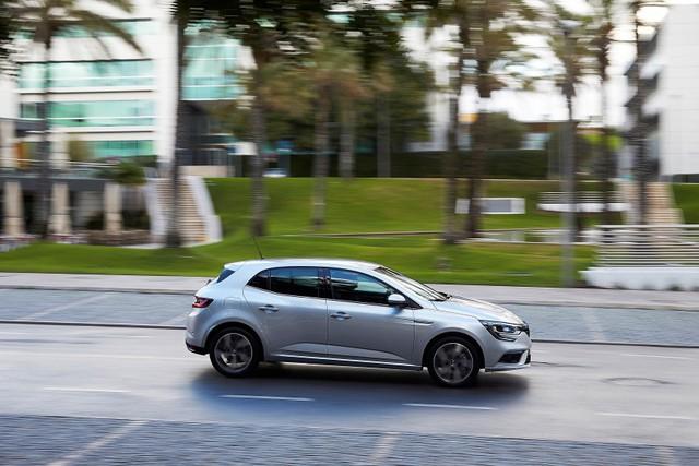 Tiếp đến là động cơ xăng Energy TCe 205 tăng áp với dung tích 1,6 lít, công suất tối đa 205 mã lực và mô-men xoắn cực đại 280 Nm dành riêng cho Renault Megane GT. Sức mạnh được truyền tới bánh thông qua hộp số EDC 7 cấp. Trong khi đó, động cơ SCe 115 hút khí tự nhiên, dung tích 1,6 lít, sản sinh công suất tối đa 115 mã lực và mô-men xoắn cực đại 156 Nm sẽ có mặt trên thị trường châu Âu vào nửa đầu năm sau và kết hợp với hộp số CVT.
