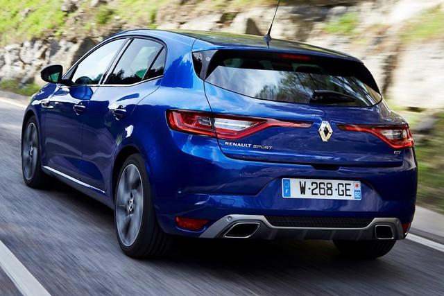 Chưa hết, Renault Mega 2016 còn được trang bị động cơ diesel Energy dCi 90 tăng áp, dung tích 1,5 lít với công suất tối đa 90 mã lực và mô-men xoắn cực đại 220 Nm. Hai con số tương ứng của động cơ Energy dCi 110 kết hợp với hộp số EDC 7 cấp hoặc hộp số sàn 6 cấp là 110 mã lực và 260 Nm.