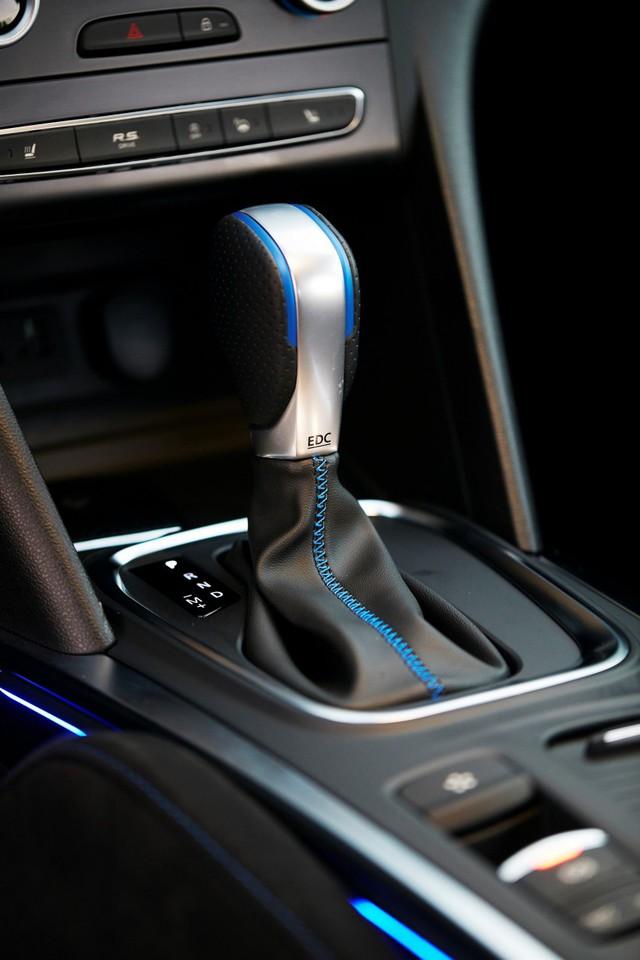 Về tính năng an toàn, Renault Megane 2016 có hệ thống kiểm soát hành trình, phanh tự động khẩn cấp, cảnh báo chuyển làn đường, cảnh báo khoảng cách an toàn, phát hiện biển báo hiệu giới hạn tốc độ, cảnh báo điểm mù và hỗ trợ đỗ xe.
