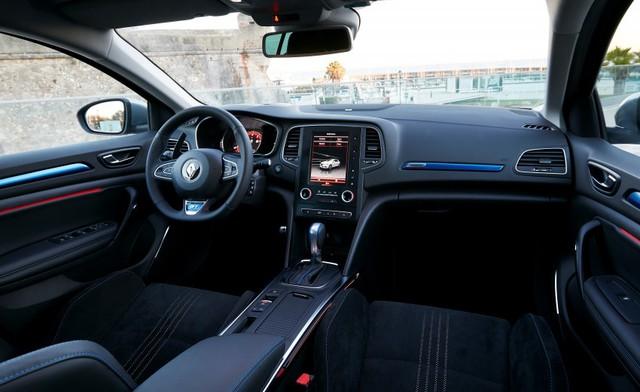 Bên trong Renault Megane GT xuất hiện bộ ghế thể thao hơn, bọc nỉ hoặc Alcantara, vô lăng riêng biệt và những điểm nhấn màu xanh.