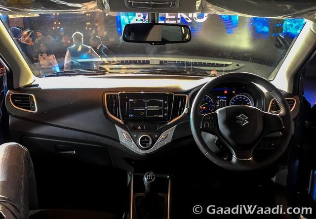 Bên trong xe có nút bấm khởi động máy, khóa cửa trung tâm, vô lăng gật gù bọc da, tích hợp nút bấm chỉnh dàn âm thanh, điều hòa không khí tự động và hộc chứa đồ bên dưới vịn tay giữa.