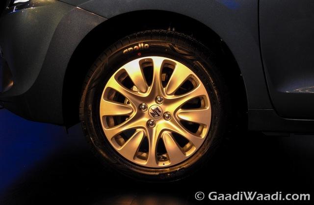 Bộ la-zăng hợp kim 16 inch đi kèm lốp lốp có kích thước 185/65 R16 trước cùng 195/55/R16 sau.