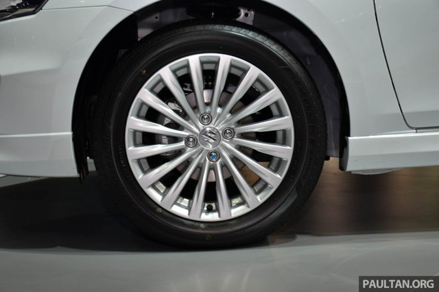 Bên cạnh đó là bộ la-zăng kích thước 16 inch được sử dụng để hoàn thiện và tạo điểm nhấn cho thiết kế của Suzuki Ciaz RS 2016.