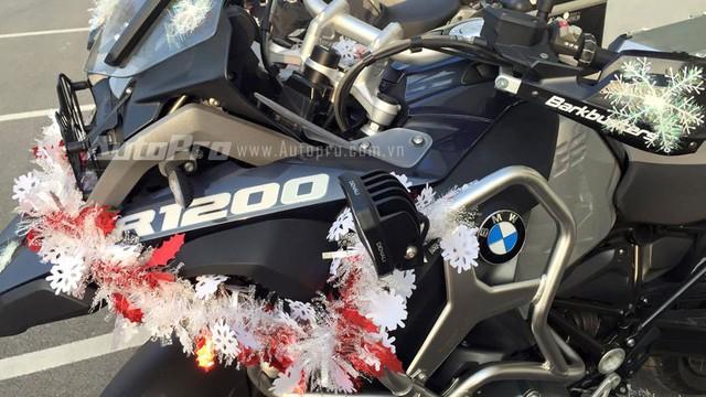 BMW R1200GS Adventure có một số trang thiết bị nổi bật như lốp 120/70Z R-19 phía trước và 170/60ZR-17 sau, phanh đĩa Brembo, hệ thống chống bó cứng phanh ABS, hệ thống treo điện tử ESA cũng như cân bằng ASC.