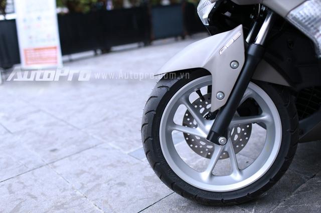 Yamaha NM-X 155 sở hữu cặp vành 3 nan kép thể thao khá đẹp mắt có kích thước 13 inch.