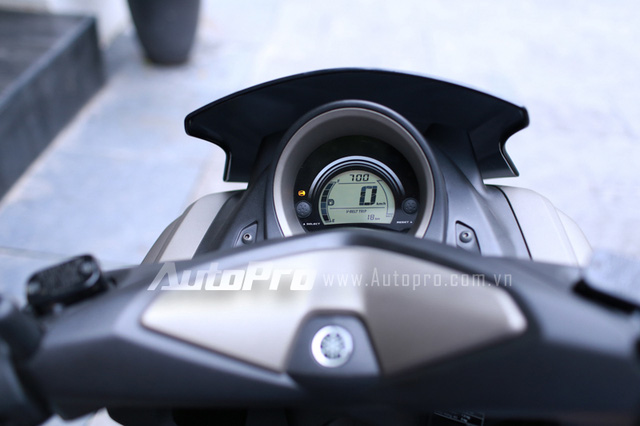 Hệ thống hiển thị trung tâm rất gọn gàng và đầy đủ các thông tin cần thiết.
