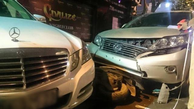 Vụ tai nạn liên hoàn xảy ra tại Hà Nội do nhân viên bãi xe điều khiển xe của khách hàng khiến nhiều người giật mình.