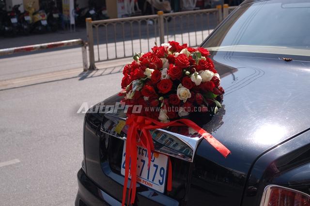 Đuôi xe đơn giản với các những bông hồng được kết lại với nhau bằng nơ đỏ.