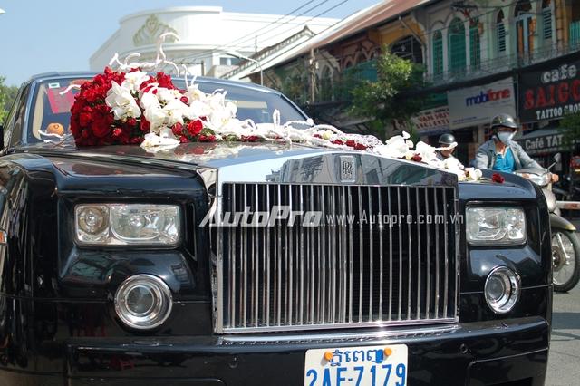 Vẻ đẹp cổ điển của chiếc xe quý tộc cùng chùm hoa cưới đẹp mắt thu hút sự tò mò của người đi đường.