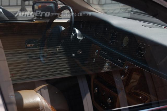 Những vật liệu nội thất cao cấp như gỗ ốc chó giúp Rolls-Royce Phantom trở thành biểu tượng cho đẳng cấp của giới nhà giàu Việt Nam.