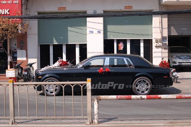 Chiếc xe quý tộc Anh xuất hiện trên phố Sài Thành trong vai trò xe rước dâu vào chiều qua. Chiếc Rolls-Royce Phantom làm xe rước dâu này đặc biệt hơn khi đeo biển kiểm soát của thành phố Phnôm Pênh, Campuchia.