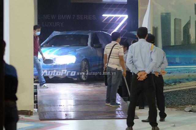 Backdrop với dòng chữ All-New BMW 7 Series - Driving Luxury và đèn LED số 7 đã tố cáo việc BMW 7-Series hoàn toàn mới được âm thầm mang về Việt Nam.