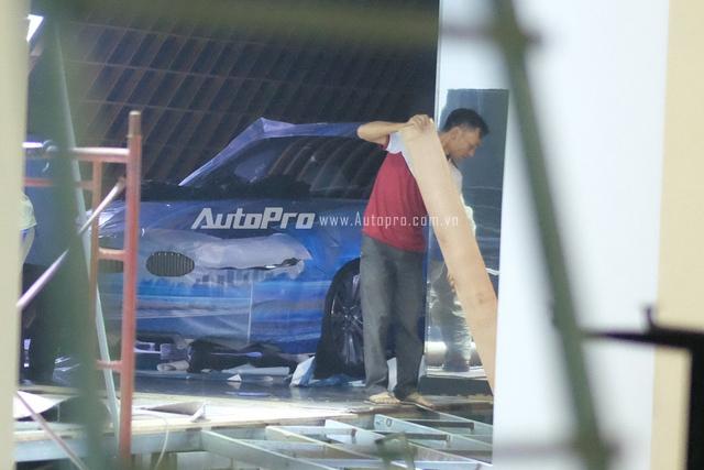 Chiếc xe BMW được dán kín phía trong căn phòng đằng sau gian hàng của BMW tại VIMS 2015.