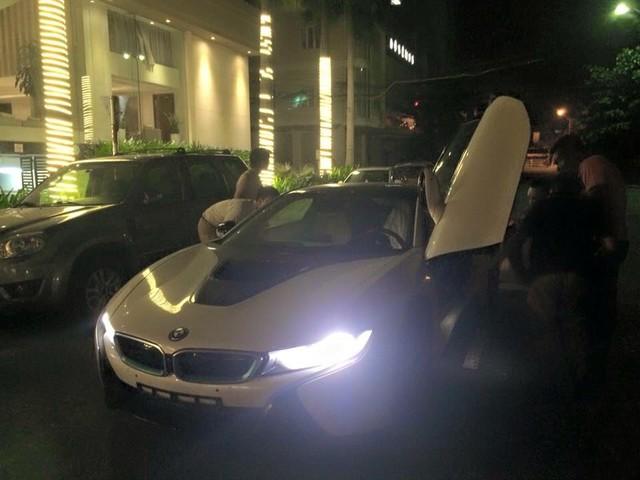 BMW i8 được trang bị động cơ 3 xi-lanh, TwinPower Turbo, dung tích 1,5 lít, sản sinh công suất tối đa 231 mã lực và mô-men xoắn cực đại 320 Nm. Động cơ kết hợp với mô-tơ điện có công suất tối đa 131 mã lực và mô-men xoắn 250 Nm. Như vậy, tổng công suất của BMW i8 là 362 mã lực và mô-men xoắn cực đại 570 Nm.