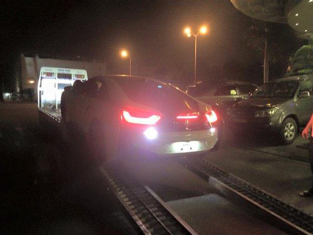 Với mô-tơ điện, BMW i8 có thể hoàn thành quãng đường dài 35 km và đạt vận tốc tối đa 120 km/h. Theo BMW, thời gian để sạc đầy cụm pin lithium-ion là khoảng 3 tiếng với nguồn điện thông thường và 2 tiếng với bộ sạc nhanh I Wallbox.