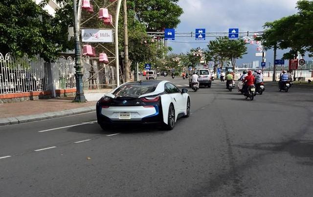 Kết hợp cả động cơ xăng và mô-tơ điện, BMW i8 có thể tăng tốc từ 0-100 km/h trong 4,4 giây trước khi đạt vận tốc tối đa 250 km/h. Mức tiêu thụ nhiên liệu của BMW i8 khá ấn tượng với 2,1 lít/100 km.