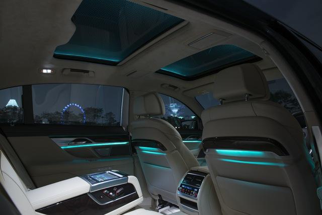 Cửa sổ trời toàn cảnh được chia làm 2 phần riêng biệt cho khoang lái và khoang hành khách.