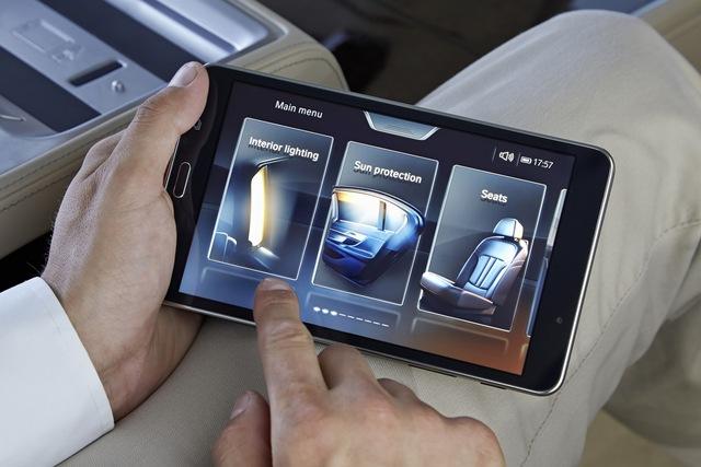 Hành khách ngồi phía sau có thể điều khiển hệ thống trung tâm của xe thông qua máy tính bảng.