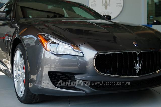 Maserati Quattroporte mang phong cách lịch lãm và quý tộc theo đúng chất Ý. Bắt đầu từ năm 1963 đến nay, đã có 6 thế hệ của Maserati Quattroporte được ra mắt. Trong đó, thế hệ thứ 6 gây ấn tượng với những đường nét khỏe khoắn và hiện đại. ChiếcMaserati Quattroporte thế hệ thứ 6 đầu tiên xuất hiện tại Việt Nam thuộc phiên bản S Q4 và được nhập khẩu không chính hãng.