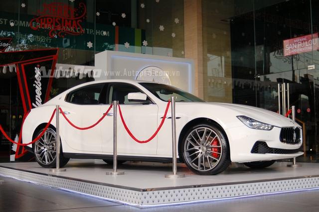 Sau 1 tuần được trưng bày, chiếc sedan sang trọng Quattroporte được thay thế bằng đàn xem Maserati Ghibli vừa về nước cách đây không lâu. Ngoại thất trắng muốt cùng nội thất xanh dương giúp chiếc sedan hạng trung thu hút nhiều khách hàng trẻ tuổi.