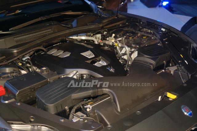 Maserati Quattroporte sở hữu động cơ V6, tăng áp kép, dung tích 3.0 lít, sản sinh công suất tối đa 404 mã lực tại vòng tua máy 5.500 vòng/phút và mô-men xoắn cực đại 550 Nm. Xe mất khoảng 5 giây để tăng tốc từ vị trí đứng yên lên 100 km/h trước khi đạt vận tốc tối đa 283 km/h.