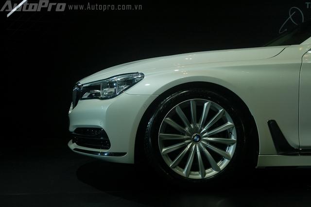 BMW mang đến tùy chọn la-zăng cho 7 series thế hệ mới với kích thước từ 17 đến 21 inch. Trong đó, BMW 740 Li 2016 tại Việt Nam sử dụng la-zăng hợp kim 19 inch đi kèm là lốp run flat.