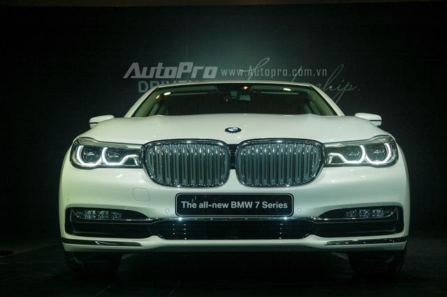 Thiết kế trên BMW series 7 2016 kết hợp giữa đường nét cổ diễn quen thuộc của luới tản nhiệt đôi hình quả thận cùng những công nghệ hiện đại như cụm đèn pha, hậu hay đèn chiếu sáng ban ngày dạng LED.