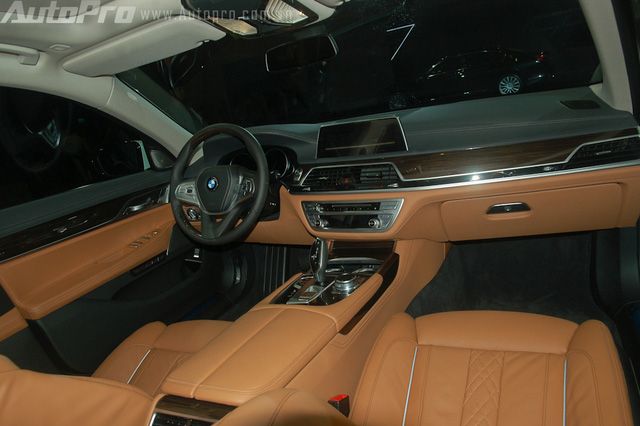 Điểm nhấn trong khoang người lái là nhiều chi tiết được ốp gỗ Fineline mang đến không gian sang trọng.