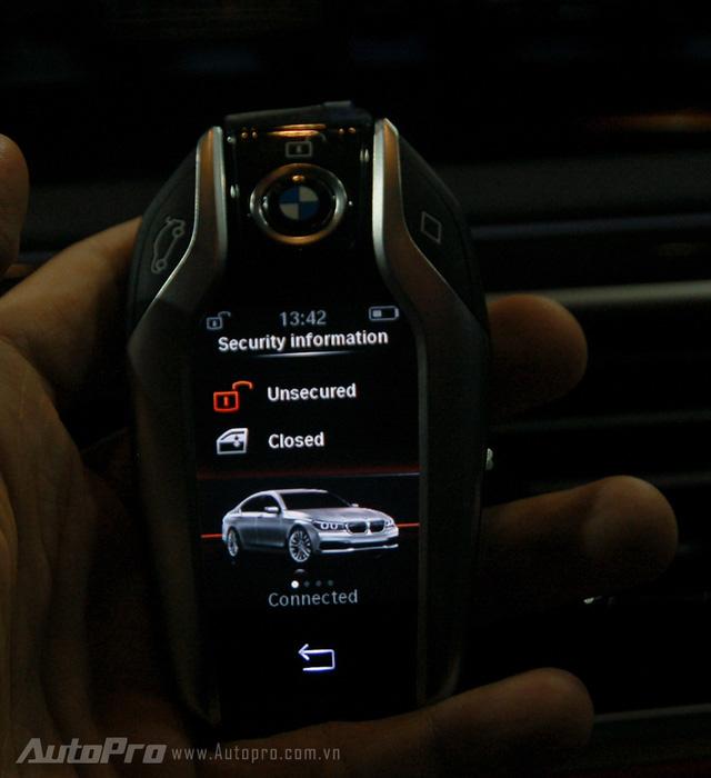 Tuy nhiên át chủ bài trong phong cách thiết kế trên BMW 7 series 2016 mà nhiều người mong đợi được khám phá nhất là chiếc chìa khóa cảm ứng thông minh. Một số chức năng cơ bản như bật điều hòa từ xa, hạ hay nâng kiếng xe từ ngoài, cùng nhiều thông số lái hiển thị ngay trên chìa khóa khá tiện lợi.