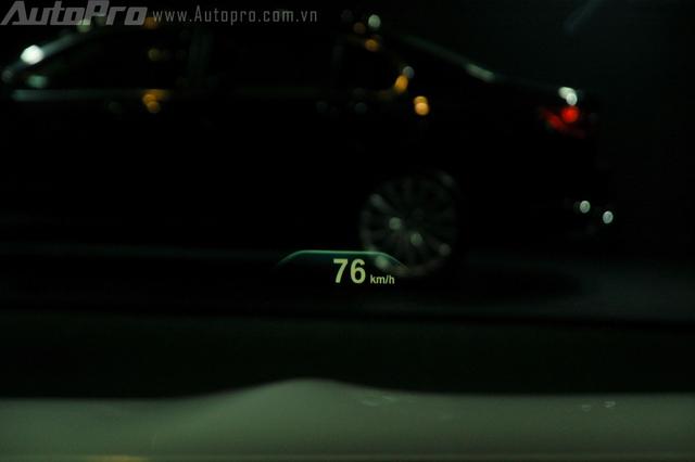 BMW series 7 thế hệ mới cũng được tích hợp khả năng hiển thị thông tin lên kính chắn gió HUD cho người lái.