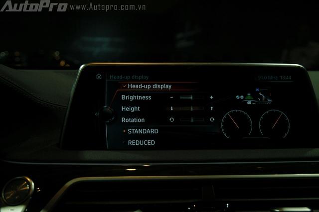 Màn hình cảm ứng trung tâm 10,25 inch ngoài tính năng giải trí, còn đảm nhận thêm thao tác điều khiển bằng cử chỉ (BMW Gesture Control) cho phép người lái tùy chỉnh chỉ bằng 6 động tác tay đơn giản. Tính năng này sẽ hỗ trợ người lái trong việc chuyển đổi giữa các chức năng như Touch Display và iDrive Touch Control một cách thuận tiện mà lại an toàn.