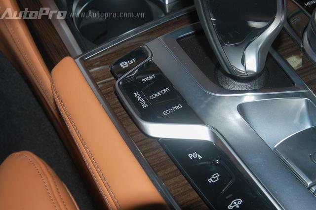 Các chế độ lái như Eco (tiết kiệm), Comfort (êm ái) hay Sport (thể thao) được đặt gọn gàng bên cạnh cần số.